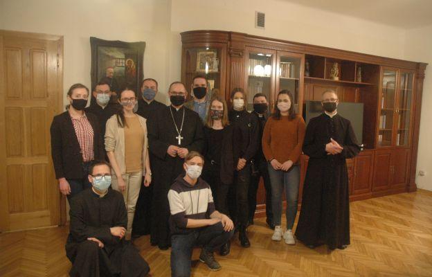Młodzież podjęła modlitwę za kapłanów