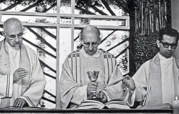 Msza św. z kard. Hansem Urs von Balthasarem (po lewej) w kaplicy na Sławinku, styczeń 1972