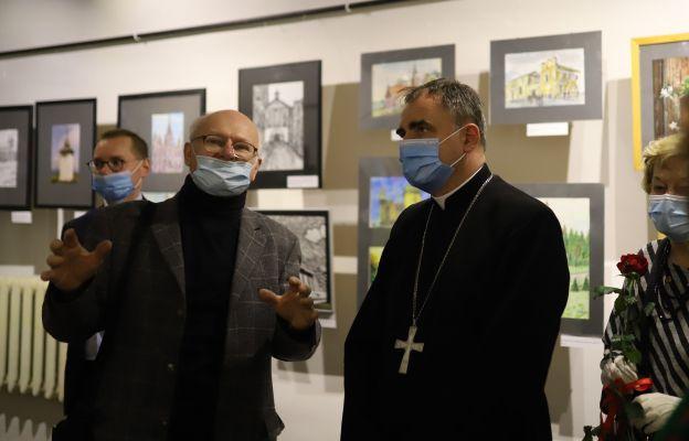 W wernisażu uczestniczył bp Robert Chrząszcz. Na zdjęciu z artystą plastykiem Adamem Pochopieniem