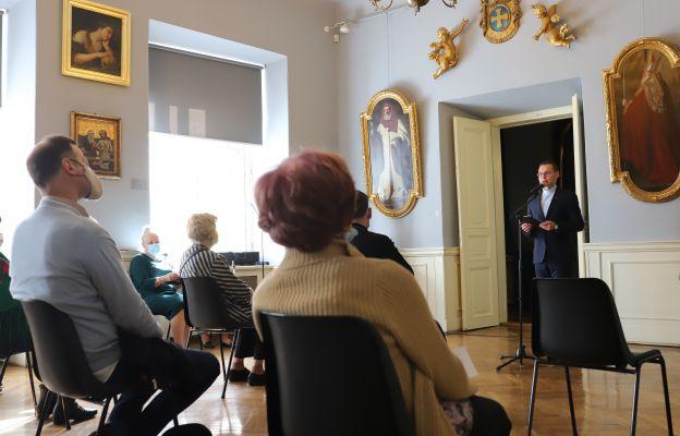 Wystawę otworzył ks. Jacek Kurzydło, dyrektor muzeum