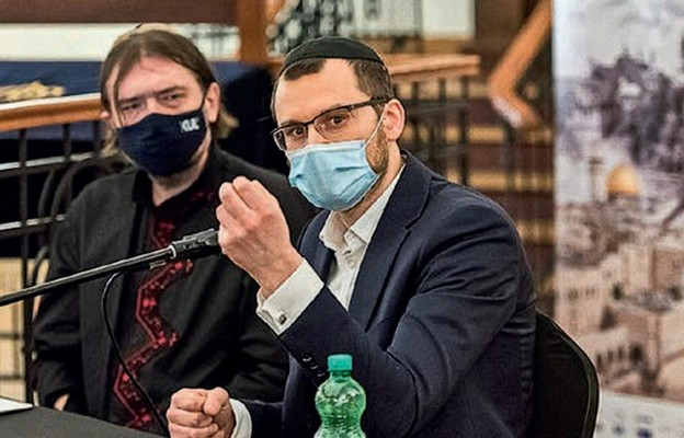Debatę rabinów poprowadził prof. Sławomir Jacek Żurek (z lewej)