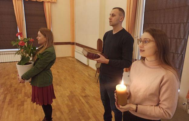 Wniesienie słowa Bożego do sali, gdzie odbywały się konferencje