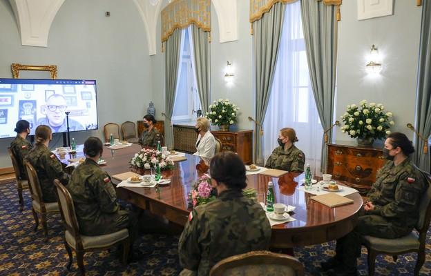 Spotkanie Agaty Kornhauser-Dudy z kobietami służącymi w WOT