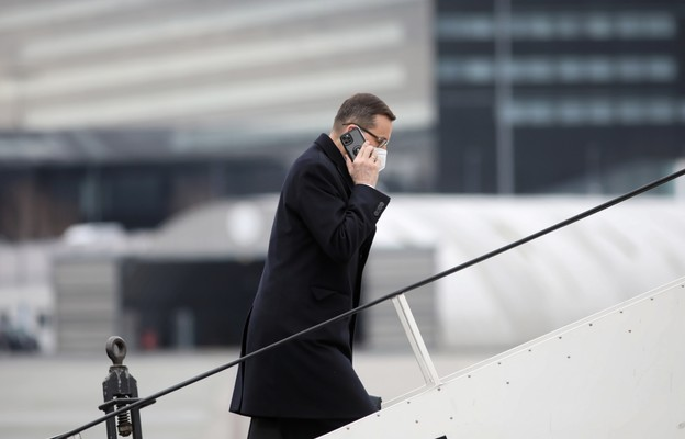 Premier Morawiecki przybył do Paryża na spotkanie z prezydentem Francji