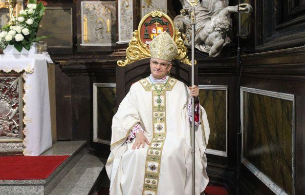 Bp Marek Mendyk zasiadający na Katedrze w czasie ingresu.
