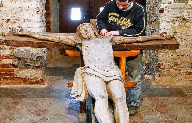 Wnętrze kaplicy wraz z krzyżem podczas prac remontowo-konserwatorskich (2008 r.)