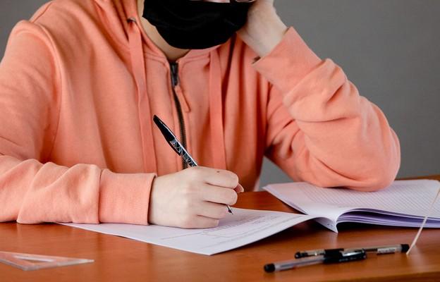 Rok szkolny w Europie w czasach pandemii: testy, maseczki, kary dla niezaszczepionych nauczycieli