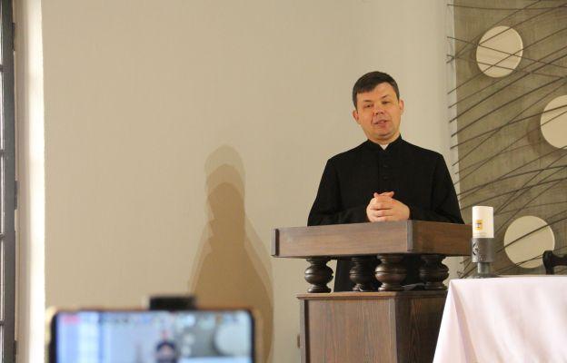 Ks. Marcin Bobowicz rozpoczął dzisiaj trzydniowe rekolekcje on-line dla młodzieży