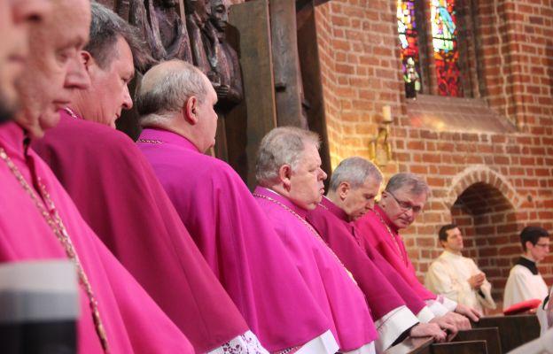 Kanonicy podczas liturgii w katedrze gorzowskiej