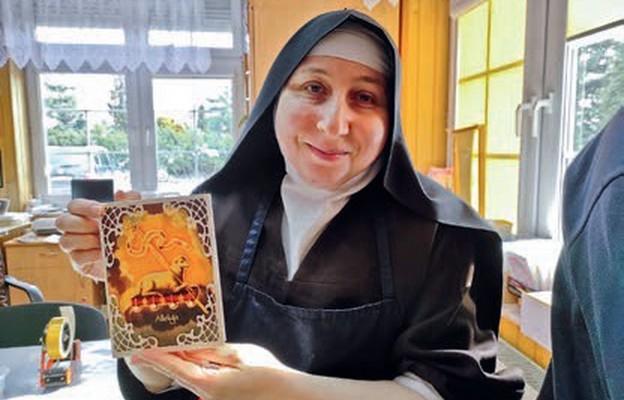 Prace z warsztatu Sióstr Karmelitanek Dzieciątka Jezus w Siemiatyczach wyróżnia religijny charakter