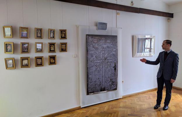 Jakub Staroń przybliża prace o tematyce pasyjnej na wystawie.