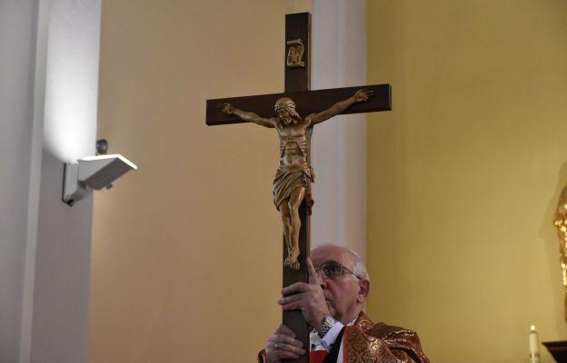 Abp Depo: Jezus trwa na swoim krzyżu w czasie każdej Eucharystii