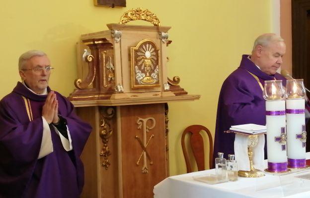 Kapłani, od lewej ks. kan. Tadeusz Farys i ks. kan. Aleksander Trojan, podczas Mszy pogrzebowej w intencji zmarłego Jana Mroczkowskiego.