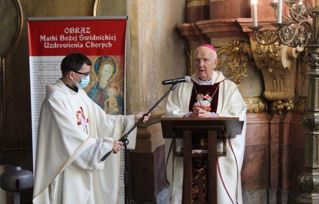 Bp Ignacy Dec - biskup senior diecezji świdnickiej, podczas Mszy św. w sanktuarium MB Uzdrowienia Chorych w Katedrze Świdnickiej