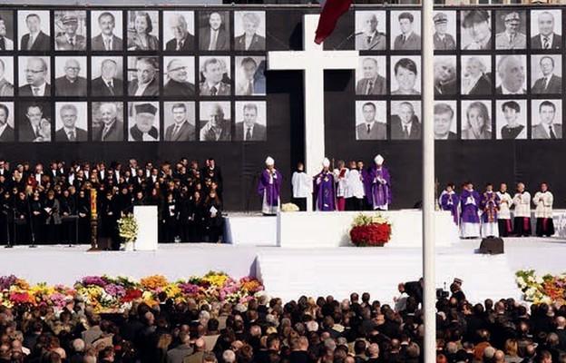 Msza św. żałobna w intencji ofiar katastrofy smoleńskiej. Plac Piłsudskiego w Warszawie, 17 kwietnia 2010 r.
