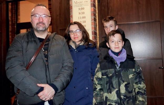 Joanna i Zbigniew z synami przed wyruszeniem na rodzinną EDK