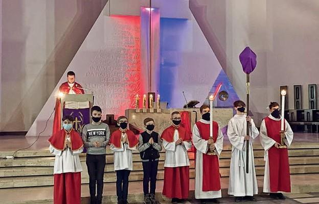 """Droga Krzyżowa """"Zła się nie ulęknę"""" w parafii Miłosierdzia Bożego w Puławach"""