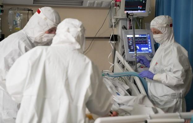 Młoda matka zakażona koronawirusem, podpięta pod ECMO (aparatu do pozaustrojowego natleniania krwi) podczas transportu do Centrum Terapii Pozaustrojowych przy Klinice Kardiochirurgii CSK MSWiA w Warszawie,