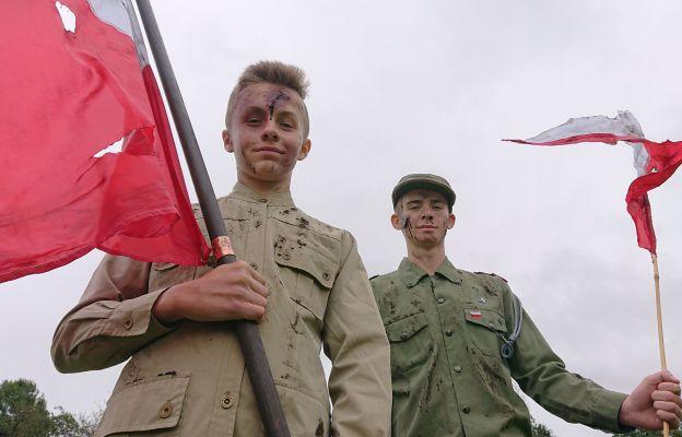 Młodzież wcielająca się w rolę patriotów