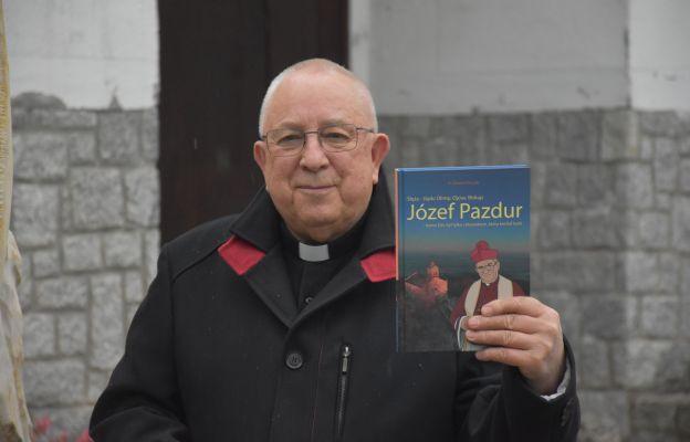 Ks. Ryszard Staszak prezentuje książkę o bp. Pazdurze
