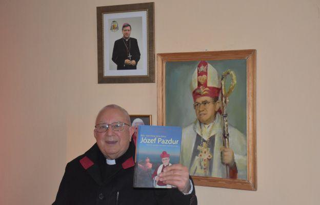 W parafii Sulistrowice można odnaleźć wiele pamiątek po bp. Józefie Pazdurze