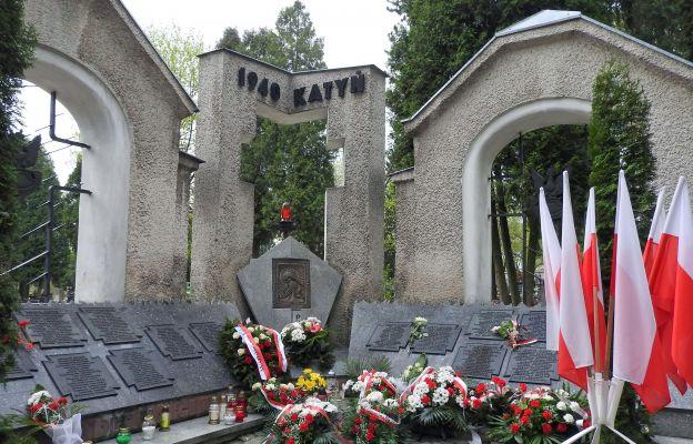 Symboliczna Mogiła Katyńska znajduje się na cmentarzu przy ul. Lipowej w Lublinie