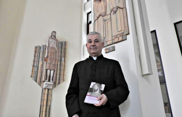 Ks. Jerzy Musiałek z książką.