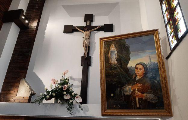 W kaplicy znajdują się relikwie św. Bernadetty
