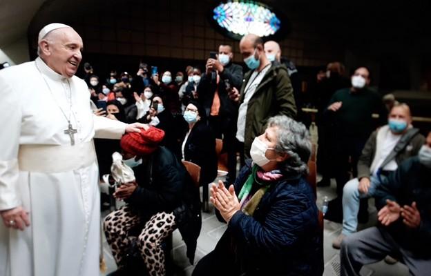 Watykan: papież w swe imieniny odwiedził ubogich oczekujących na szczepienie
