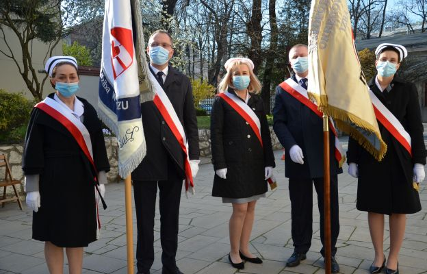 Na uroczystość przybyły m.in. pielęgniarki i poczty sztandarowe