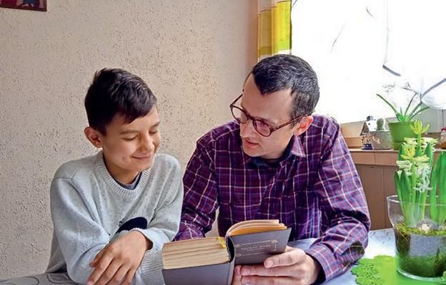 Jednym z elementów przygotowania w rodzinie jest nauka modlitw ze starego modlitewnika dziadka