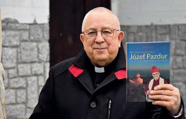 Ks. Ryszard Staszak prezentuje swoją książkę
