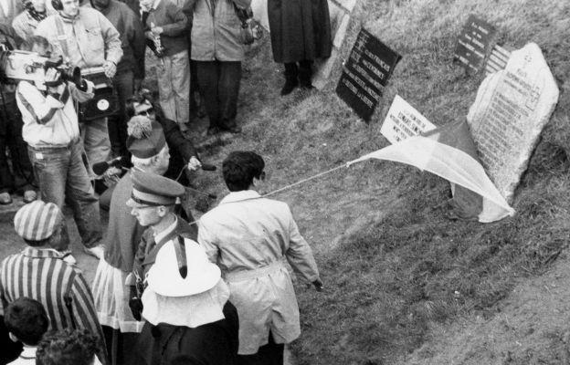 Odsłonięcie i poświęcenie pamiątkowej tablicy przy ścianie śmierci - z nazwiskami kilkunastu duchownych katolickich, którzy zginęli w obozie Gross- Rosen w Rogoźnicy