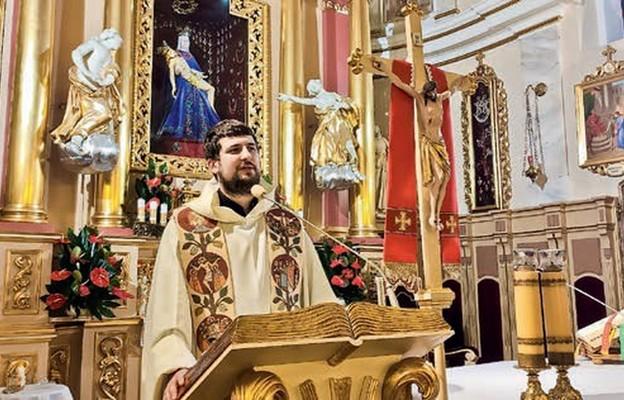 Ksiądz dr Krzysztof Porosło przypomniał, że Msza św. ma nas przemieniać