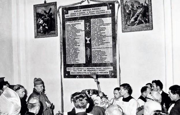 Tablicę upamietniającą zamordowanych kapłanów poświęcono w obecności kard. Stefana Wyszyńskiego 1 października 1966 r.