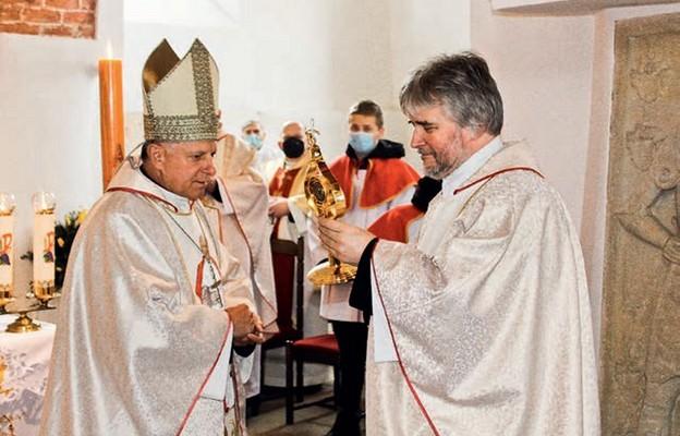 Ks. Adam Woźniak odbiera relikwie św. Jana Pawła II, przekazane przez abp. Mieczysława Mokrzyckiego