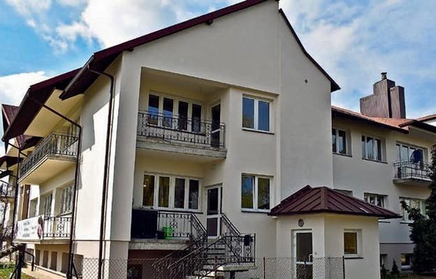Okno Życia znajduje się w domu parafialnym przy ul. Świętoduskiej 2