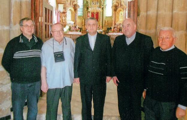 Wizyta w parafii w Trembowli na Ukrainie – 2016 r. Biskup Leon Mały w środku, ks. Tadeusz Dybeł stoi po jego prawej stronie