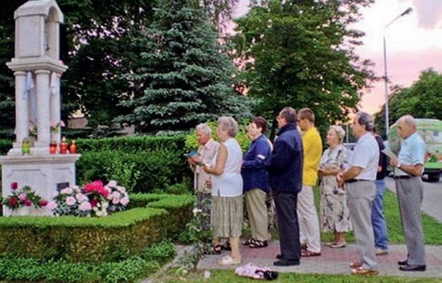 Każdego roku w maju przy kapliczkach słychać śpiew Litanii Loretańskiej