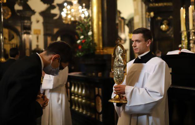 Uczestnicy Mszy św. oddali cześć relikwiom św. Stanisława Biskupa i Męczennika