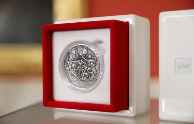 Pamiątkowa moneta NBP zaprezentowana 29.04. podczas spotkania inaugurującego obchody 230. rocznicy uchwalenia Konstytucji 3 Maja.