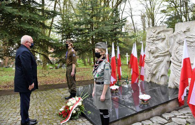 Dzisiaj, w 76. rocznicę wyzwolenia obozu oddajemy hołd tym wszystkim, którzy cierpieli w czasie II wojny światowej – podkreślił wojewoda.