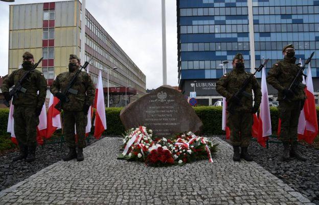 Uczestnicy uroczystości złożyli kwiaty pod obeliskiem upamiętniającym patriotów walczących o wolną Polskę, który znajduje się przed Lubuskim Urzędem Wojewódzkim w Gorzowie