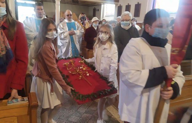 Jako wotum wdzięczności parafianie złożyli złotą różę
