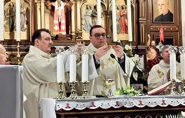 Msza św. pod przewodnictwem ks. Piotra Osowskiego, z prawej ks. Janusz Zachęcki, z lewej dk. Adam Runiewicz