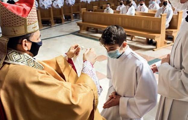 Bp Adam nakłada znak błogosławieństwa – krzyż lektorski
