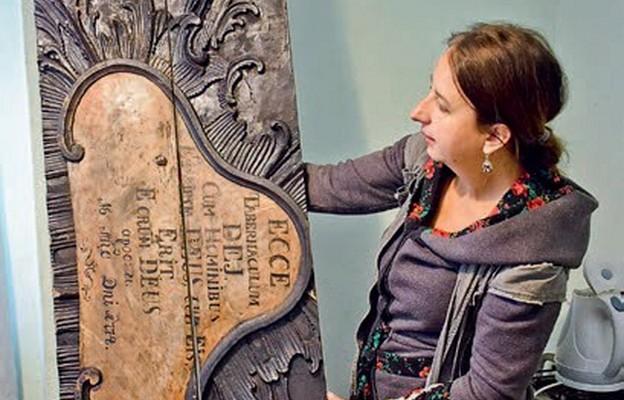 Elżbieta Graboś prezentuje znalezisko