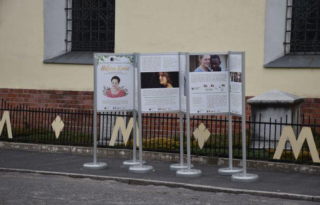 Wystawa została postawiona przy bocznym wejściu do sanktuarium