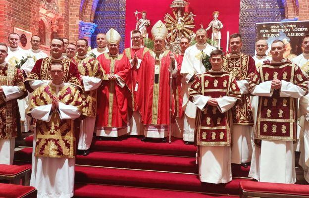 Diakoni wraz z ks. arcybiskupem i księżmi przełożonymi seminarium
