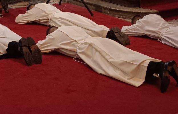 Podczas Litanii do Wszystkich Świętych przyjmujący święcenia leżą krzyżem.